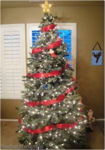 Du grønne, glitrende tre, god dag! Velkommen, du som vi ser så gjerne, med julelys og med norske flagg og høyt i toppen den blanke stjerne! Ja, den må skinne, for den skal minne |: oss om vår Gud! :| Juletreet var forbudt i et par hundre år i protestantiske England og deler av USA