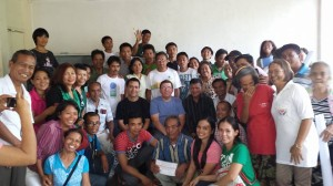 Noen av de 65 studentene ved 3 dagers seminaret som ble holdt mot slutten av oppholdet. Asif og Stephen i midten.