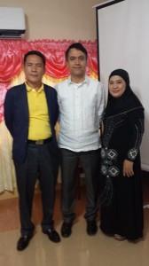 Asif sammen med en representant for det lokale folkevalgte regionsstyret og hans kone.