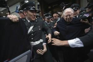 Det siste landet i rekken av overgrepsanklager mot katolske prester er Chile. Her føres biskop Karadima ut etter rettsaken mot han.