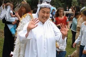 Nonnen Kosaka Kumikos  som hjalp prestene med overgrepene. Hun tok bleier på en femåring pga. blødningene.